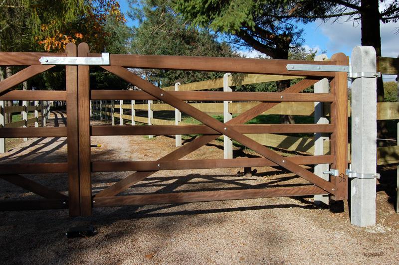 Notre gamme cl tures bois palissades bois barri res for Portail hauteur 2m